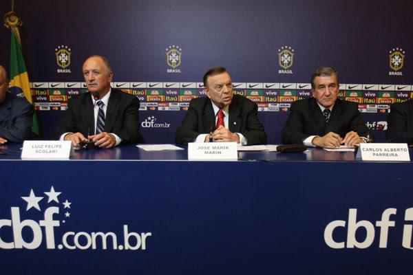 Felipão e Parreira foram anunciados oficialmente pelo presidente da CBF, José Maria Marín (C)