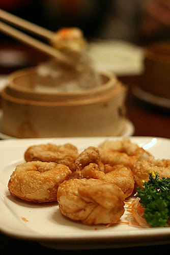 Deep-fried scallop pastry with onion and garlic (S$4.50)
