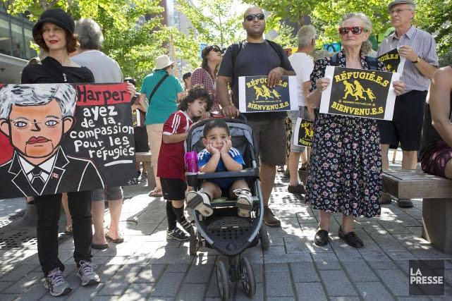Alors qu'ils marchaient dans les rues du centre-ville,... (PHOTO ROBERT SKINNER, LA PRESSE)