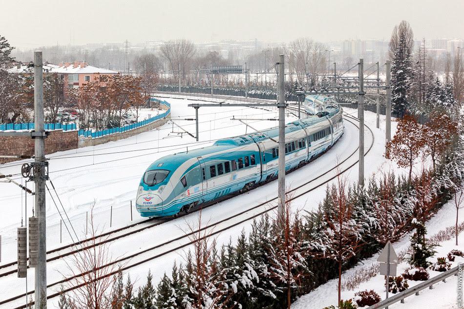 Поезд TCDD HT80101 на подходе к вокзалу Анкары