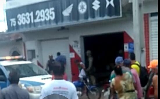 SAJ: homem adentra loja para não ser linchado após assaltar idosa e é preso pela polícia na feira livre