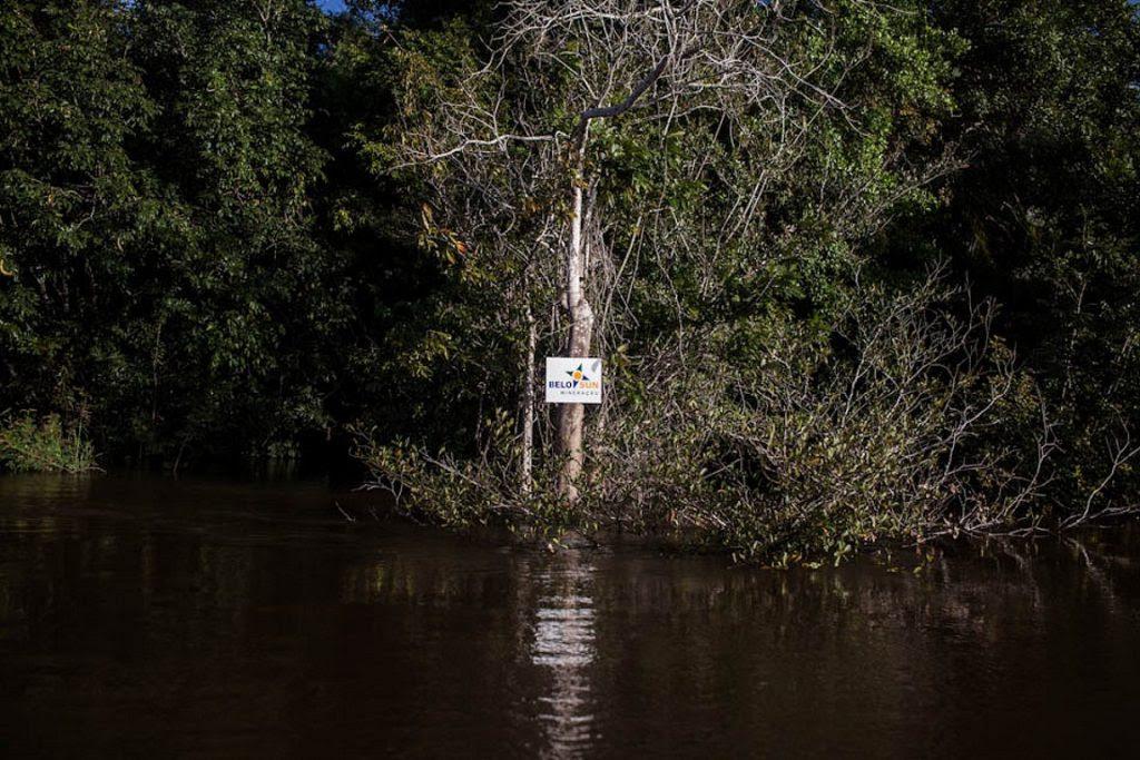 Placa da mineradora Belo Sun demarca território as margens do Rio Xingu. Foto: Victor Moryiama.