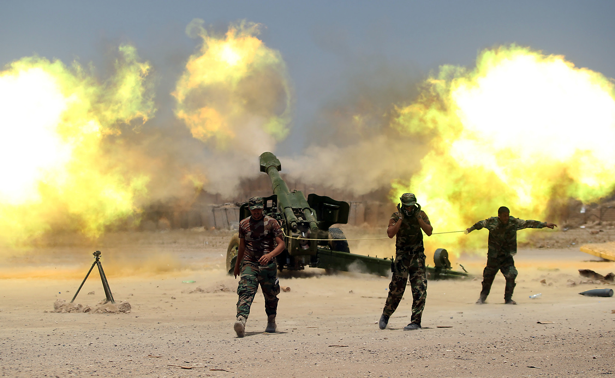 Shi'ite fighters with Iraqi security forces fire artillery during clashes with Islamic State militants near Falluja...Shi'ite fighters with Iraqi security forces fire artillery during clashes with Islamic State militants near Falluja, Iraq, May 29, 2016.  REUTERS/Alaa Al-Marjani