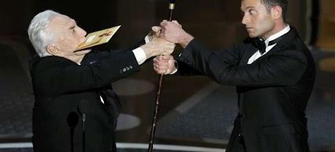 """Kirk Douglas, lo único divertido de unos Oscar """"soporíferos"""", según medios y usuarios"""