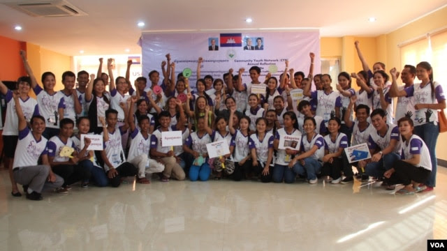 """Community Youth Network at the annual reflection workshop on """"Result and Role of CYN in Raising Awareness on Safe Migration and Prevention of Human Trafficking in Cambodia"""" on June 12, 2015, Phnom Penh. (Nov Povleakhena/VOA Khmer)"""
