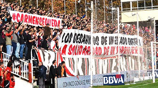 Pancarta de Bukaneros en apoyo a Carmen Martínez tras el desahucio de su vivienda en Vallecas. (© Foto: L. HERRERA / Vallecasweb.com)