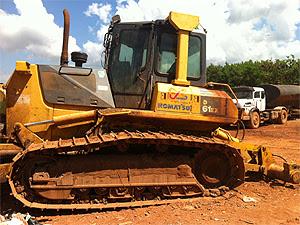 Catadores reclamam que as máquinas que separam e espalham os resíduos estão quebradas (Foto: Rafaela Céo/G1)