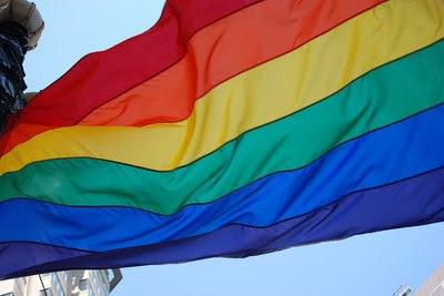 Foto de uma bandeira LGBT tremulando ao vento