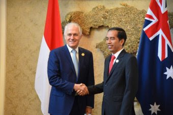 Malcolm Turnbull shakes hands with Indonesian President Joko Widodo.