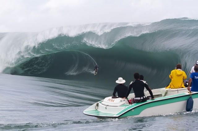 rapazes-mar-ondagigante-barco