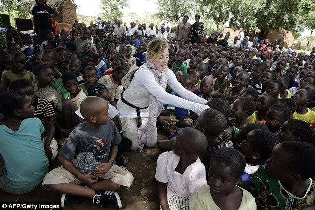 A estrela pop Madonna pediu a adoção de mais duas crianças do Malawi, surgiu.  Ela é retratada no Malawi em 2013