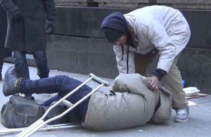 Ένας καλοντυμένος και ένας άστεγος άντρας σκοντάφτουν. Ποιον θα βοηθήσετε;