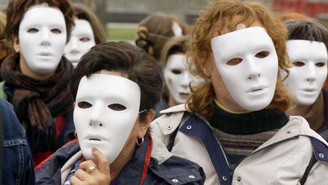 Des femmes manifestent devant le parlement, à Québec, pour dénoncer la violence faite aux femmes, le 16 mai 2002.