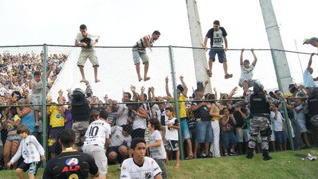 Torcida no alambrado - ABC x Palmeiras, no Estádio Frasqueirão, em Natal (Foto: Augusto Gomes)