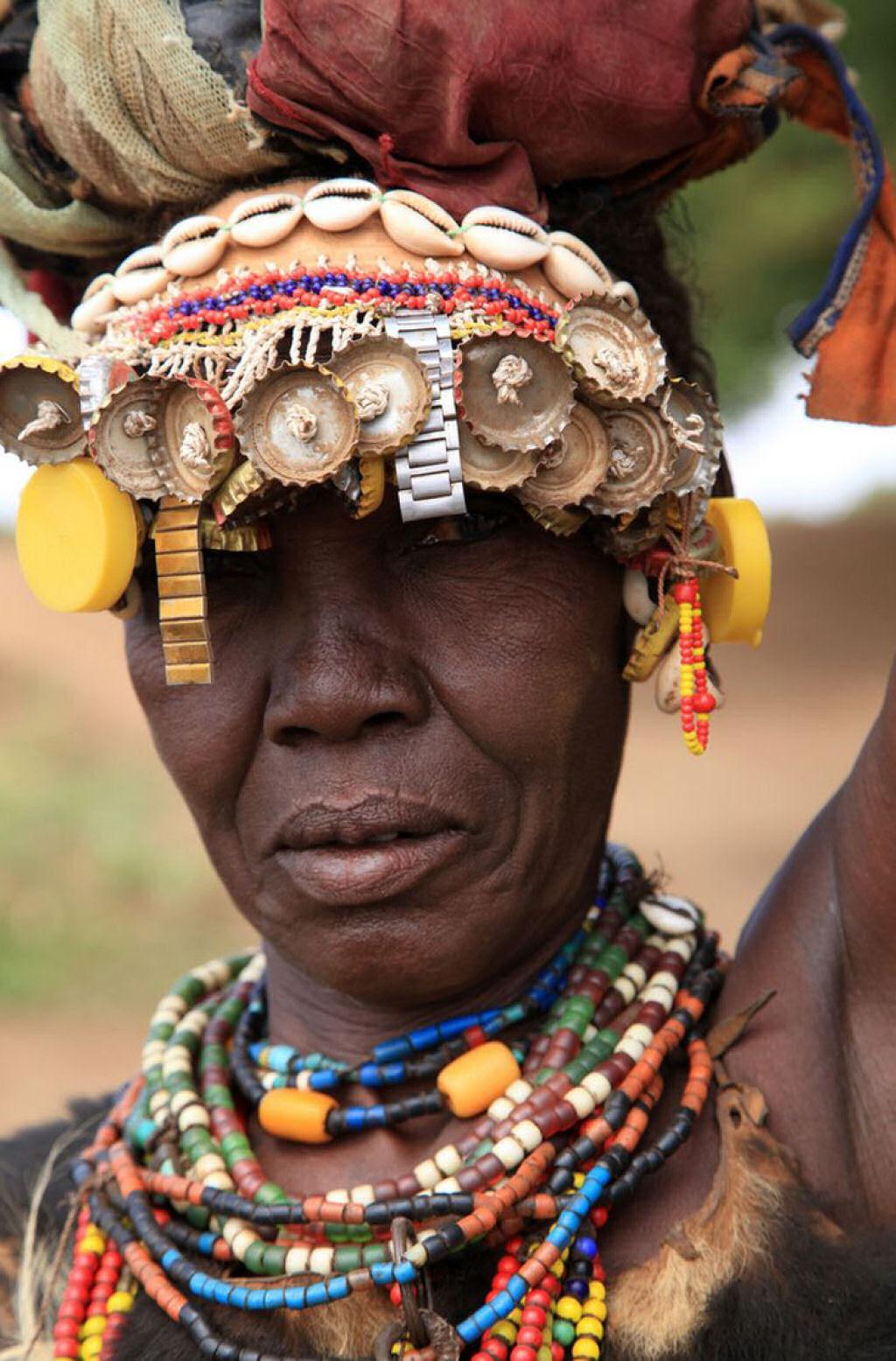 Tribo etíope recicla descartes do mundo moderno em acessórios de moda 08