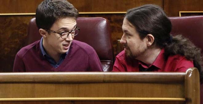 El líder de Podemos, Pablo Iglesias (d), conversa con el portavoz parlamentario de esta formación, Íñigo Errejón, en el hemiciclo del Congreso.   FERNANDO ALVARADO (EFE)