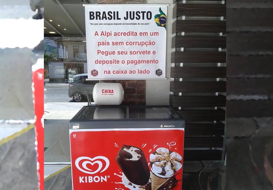Freezer da Alpi tem uma caixa em que os clientes colocam o dinheiro do sorvete (Foto: Divulgação)