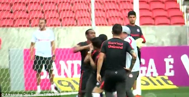 The former Manchester United flop then punches the Internacional defender