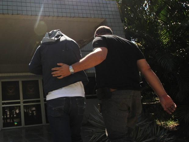 Presos na Operação Spectrums são levados à sede do GOE, no Recife (Foto: Aldo Carneiro/Pernambuco Press)