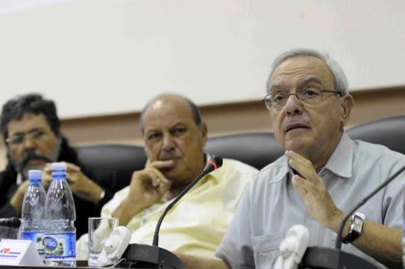 Eusebio Leal Spengler (D), historiador de la ciudad de La Habana, interviene en el debate del informe de la Comisión Cultura, Educación y Sociedad, del VIII Congreso de la Unión de Escritores y Artistas de Cuba (UNEAC), en el Palacio de las Convenciones de La Habana, el 12 de abril de 2014. AIN FOTO/Roberto MOREJON RODRIGUEZ