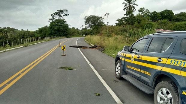Cratera foi formada em trecho da BR-101 devido às chuvas, diz PRF (Foto: Divulgação/PRF)