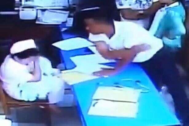 Vídeo chocante mostra enfermeira sendo obrigada a segurar bebê morto no colo