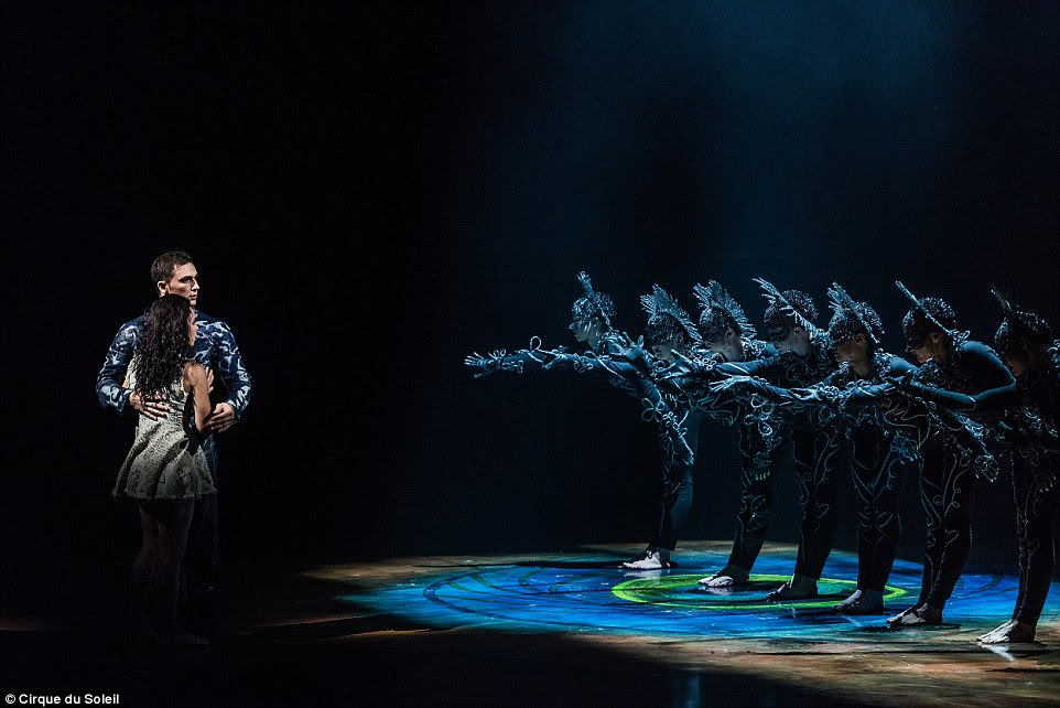 Inspirado por uma dança ritual da Indonésia, uma empresa de sinistro de dançarinos vestidos de preto e prata executar uma rotina coreografada que cria uma imagem indelével de uma mulher com mil braços