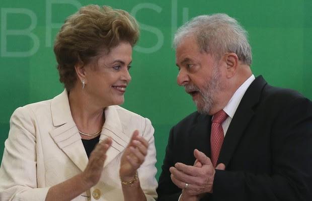 A presidente Dilma Rousseff conversa com Luiz Inácio Lula da Silva durante sua posse como ministro, que depois seria anulada pelo STF (Foto: Lula Marques/Agência PT)