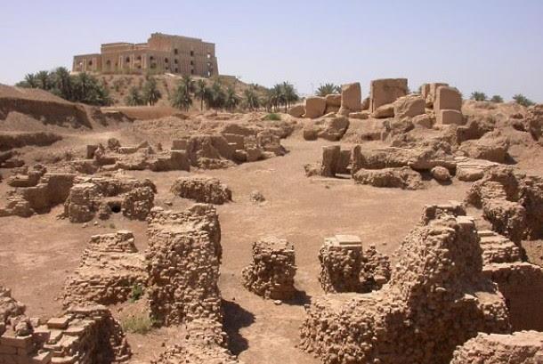 Reruntuhan kota kuno Babylonia dengan latar belakang salah satu istana mantan Presiden Iraq Saddam Husein di Irak.