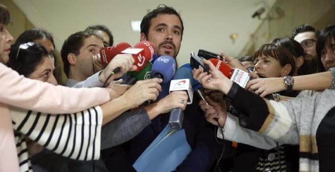 Alberto Garzón atiende a los medios tras formalizar su acta como diputado en el Congreso. / CHEMA MOYA (EFE)