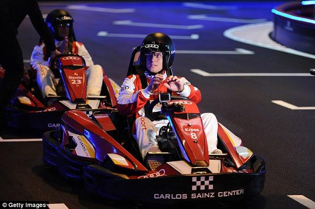 Toni Kroos parecía la parte mientras se preparaba para la compra en torno al Centro de Carlos Sainz en Madrid