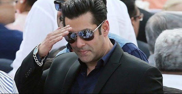 Salman Khan Gets Crowded by Huge Number of Fans in Maharashtra While Filming Dabangg 3