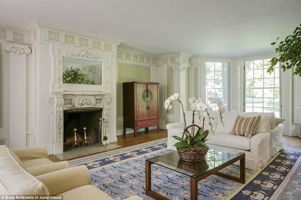 Hoàn hảo: Nhiều ánh sáng tự nhiên có thể tràn vào tòa lâu đài thông qua các cửa sổ theo phong cách sàn đến trần, có thể được tìm thấy trong khu vực ngồi trên