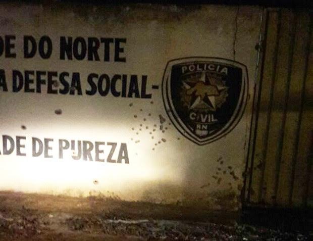 Em Pureza, os criminosos ainda artiraram nos muros da delegacia da cidade (Foto: PM/Divulgação)