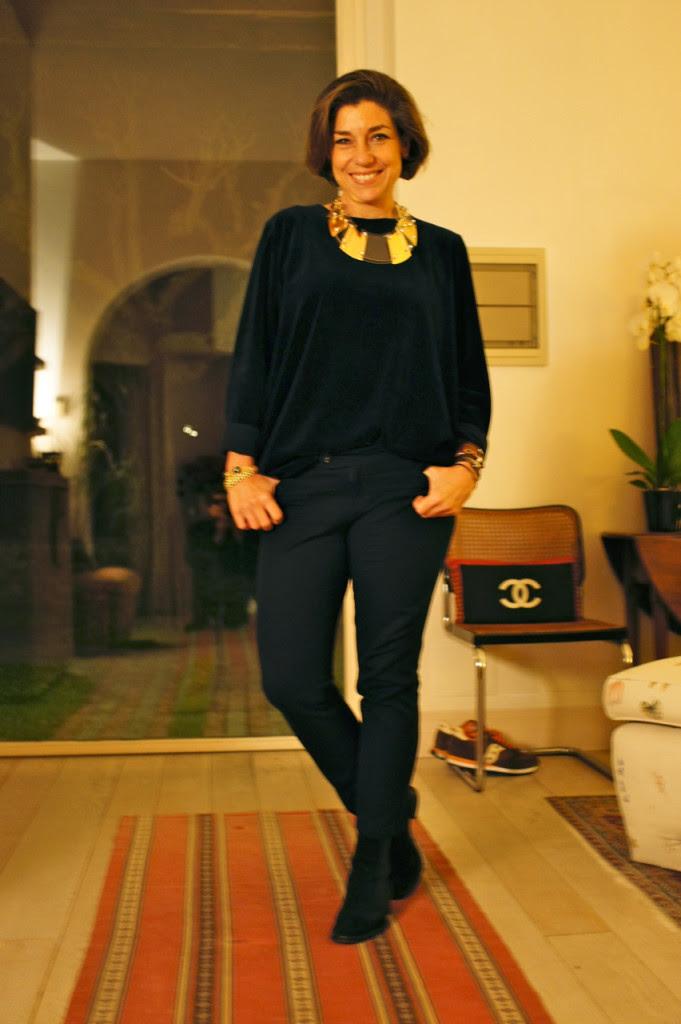 O look do dia com camisa de veludo azul marinha da COS e colar da Caterina Zangrando...