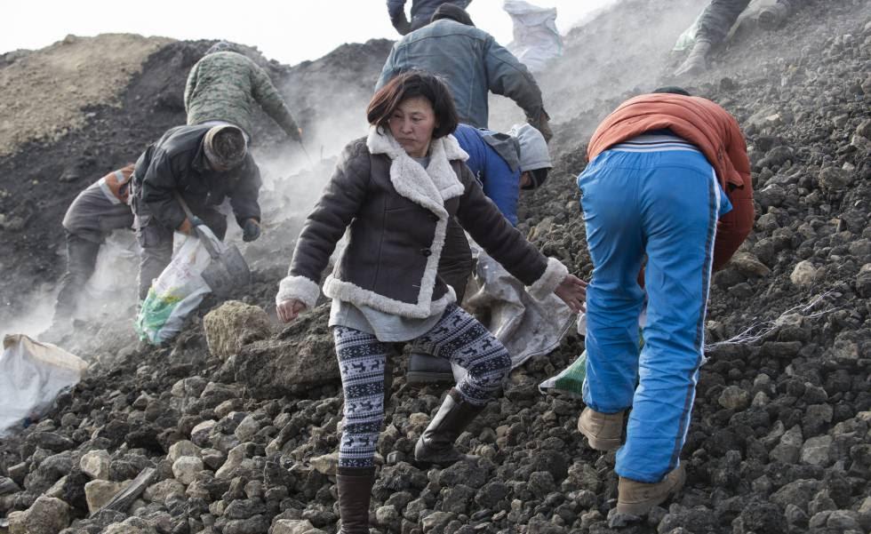 Divorciada, Lkhagvatungalag Tsogzolmaa se ve obligada a trabajar en minas ilegales de carbón para complementar la exigua paga gubernamental, que no llega para alimentar a sus cuatro hijos.