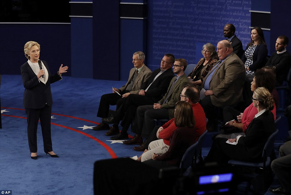 A primeira pergunta do debate era esperado para se concentrar em comentários lascivos revelou sexta-feira em um 11-year-old fita de áudio de Trump.  Mas era mais suave, pedindo Clinton sobre o tom geral das 2016 campanhas.  Clinton respondeu primeira