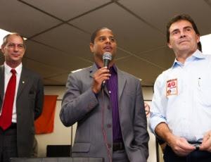 Marcelinho Carioca em evento político; ex-jogador se confundiu e não irá assumir como deputado