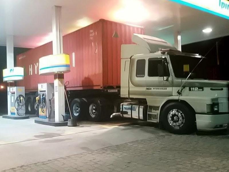 Resultado de imagem para abastecendo caminhão diesel