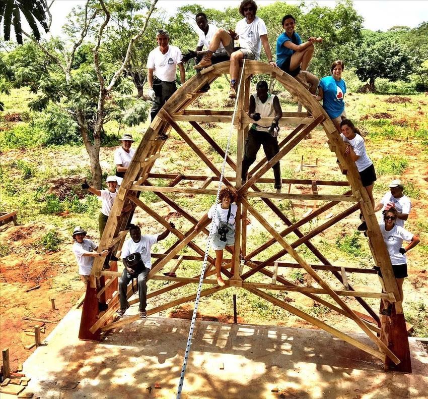Un estudio de arquitectos de Barcelona levanta en Senegal una escuela con volta catalana