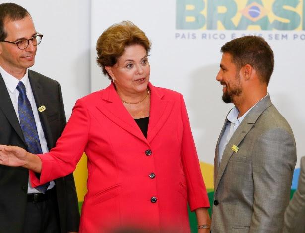 A presidente Dilma Rousseff cumprimenta o ator Cauã Reymond durante cerimônia de lançamento do programa Brasil de Todas as Telas, de incentivo à produção audiovisual