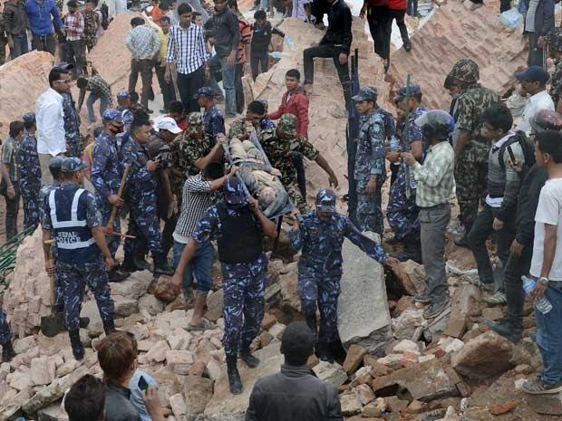 Resgate nepalês remove corpo de uma vítima. (Foto: Prakash Mathema / AFP Photo)