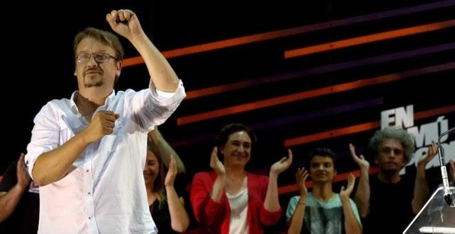 El candidato de En Comú Podem, Xavier Doménech (i), y los dirigentes de la formación, entre ellos la alcaldesa de Barcelona, Ada Colau (2i) comparecen ante su militancia y simpatizantes tras conocerse los resultados electorales del 26J. EFE/Toni Albir