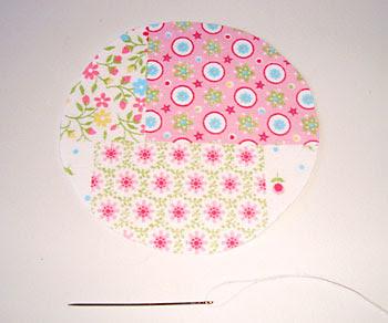 Corte o molde sobre o tecido usando um copo
