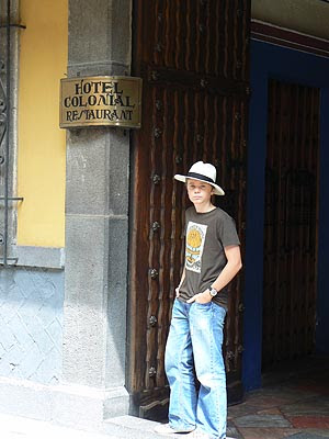 paul devant l'hôtel colonial, Puebla.jpg