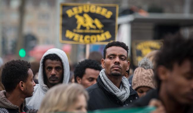 <p>Alemanes e inmigrantes se manifestaban en Dresde después de la muerte violenta de Khaled Idris Bahray, un refugiado de Eritrea, el 17 de enero de 2015. Imagen: EFE</p>
