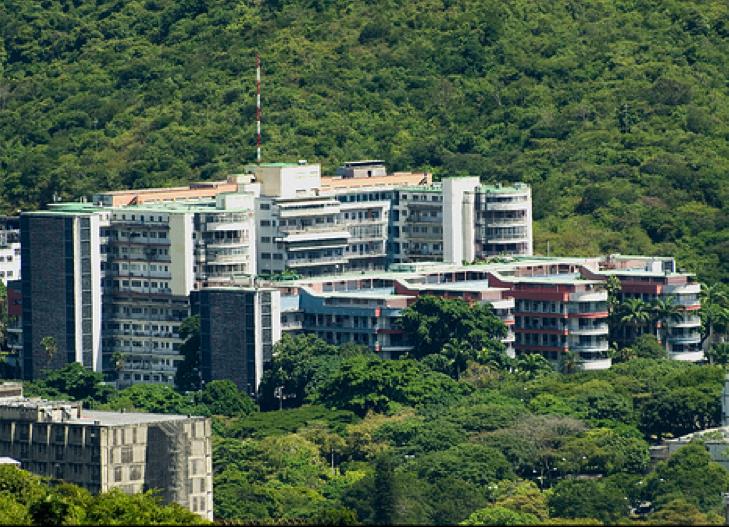 http://sociedadvenezolanacirugiaplastica.org/wp-content/uploads/2014/10/Hospital-Universitario-de-Caracas.png