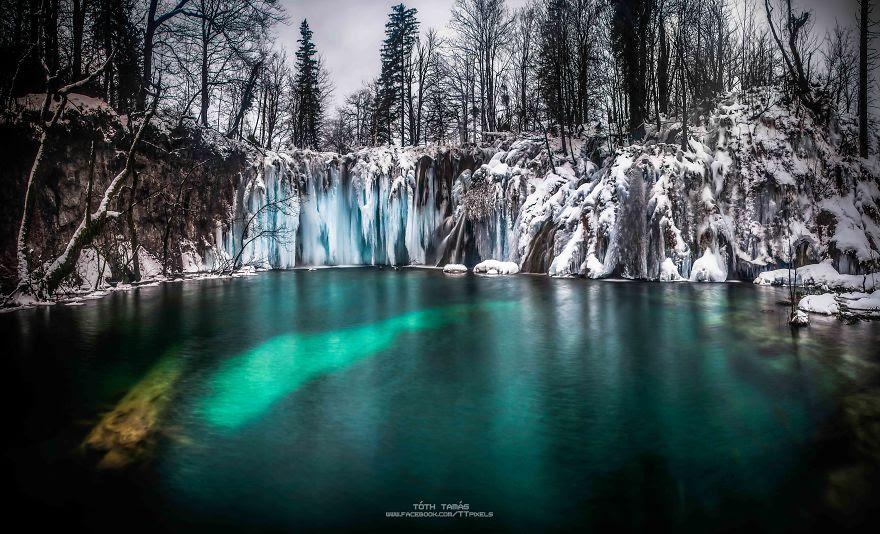 perierga.gr - Οι υπέροχοι παγωμένοι καταρράκτες της λίμνης Plitvice στην Κροατία!