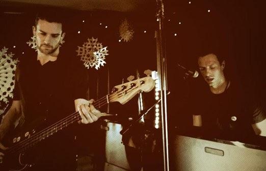 Coldplay faz show surpresa em casa noturna