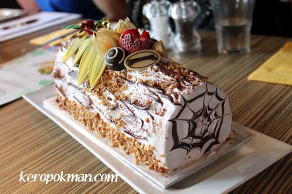 Christmas Ice Cream Log Cake